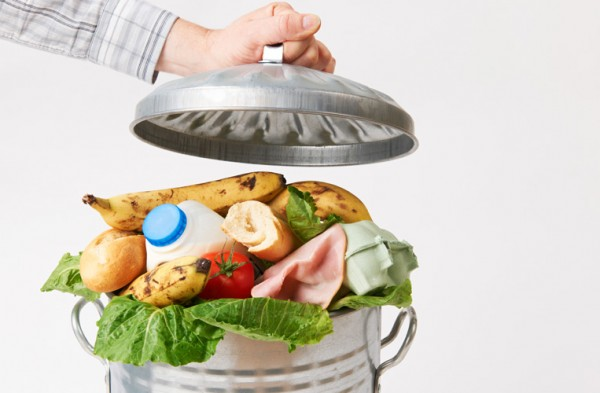 Did you know that every fifth basket of food from the supermarket ends up in the rubbish bin? This is due to a lack of knowledge on how to correctly store food in the household so that it does not spoil.